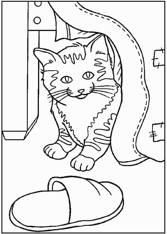 Распечатать раскраску кошка выглядывает из под одеяла, тапочек
