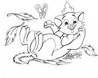 Раскраска кошка в короне лежит на спине и играет с бабочкой