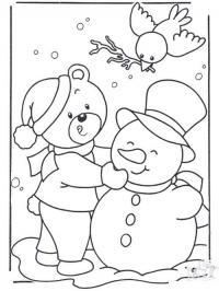Новогодние раскраски, медвежонок лепит снеговика