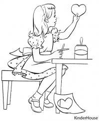 Девочка вырезала сердечко