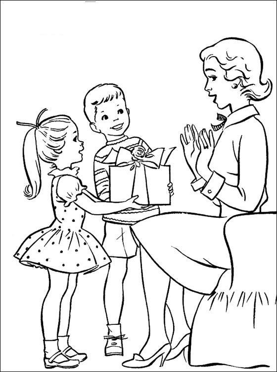 Сын и дочь дарят подарок маме